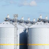 Tanque de elevador de cereal en el puerto de ventspils — Foto de Stock
