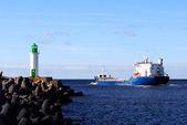 Buque de carga puerto dejando. ventspils, letonia — Foto de Stock
