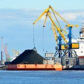 Nave da carico carico nel terminal di carico di carbone — Foto Stock