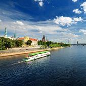 Vista generale sulla riga imbarco e fiume navi nel luminoso soleggiati — Foto Stock