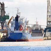 грузовое судно, погрузка в порту — Стоковое фото