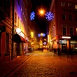 Narrow street in old Riga by night in Christmas time — Stock fotografie