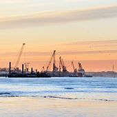 Drobnica w portu w rydze na wschód słońca — Zdjęcie stockowe