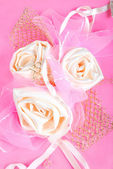 Pink present package with roses — Stock fotografie