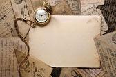 Orologio tasca d'epoca sulla vecchia struttura di lettere — Foto Stock