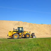Bulldozer lavorano in dune di sabbia — Foto Stock