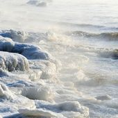 Frozen sea view. Waves hitting icy coastline — Foto Stock