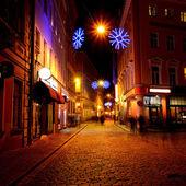 Stradina nel centro storico di riga di notte nel periodo natalizio — Foto Stock
