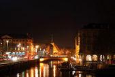 L'eau de chanel et rues à strasbourg pendant la nuit — Photo