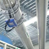 Nuovi tubi lucidi nel locale caldaia industriale — Foto Stock