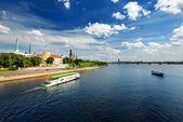 在里加路堤和河船在明亮阳光一般视图 — 图库照片