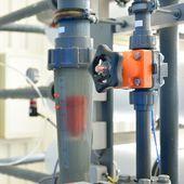 工業用レベルとボイラー室の水パイプ — ストック写真
