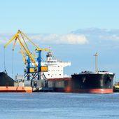 Navio de carga carregamento em terminal de carga de carvão — Foto Stock