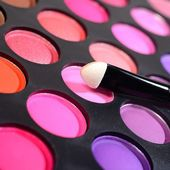 Eye shadows make-up palette and a brush close-up — Stock Photo