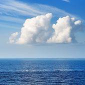Panorama del mare blu e grandi nuvole ornamentali boscosi — Foto Stock