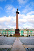 Winter Palace (Hermitage) and triumph column — Stock Photo