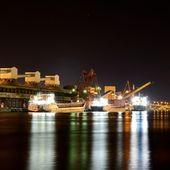 夜の貨物港です。ベンツピルス ターミナル、ラトビア — ストック写真