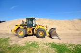 бульдозер работает в песчаные дюны — Стоковое фото