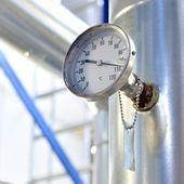 Termómetro industrial en sala de calderas — Foto de Stock