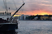 Sunset against Saint-Petersburg embankment and a sail ship — Stock Photo