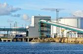 ベンツピルス、ラトビアのポートで大規模な石油燃料タンク — ストック写真