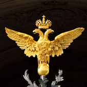 Gold russian double-headed eagle on Hermitage gates — Stock Photo