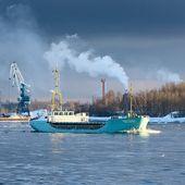 Lastfartyg segling i dramatiska ljus — Stockfoto