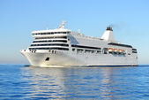 White passenger ferry ship sailing in still water — Stock Photo