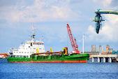 La nave en la terminal de combustible de puerto de carga. ventspils terminal, letonia — Foto de Stock
