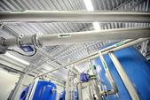 Nové lesklé potrubí a nádrže v průmyslové kotelny — Stock fotografie
