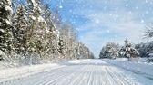 дорога в сельской местности в солнечный зимний день. классические заснеженный зимний пейзаж — Стоковое фото