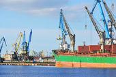 Грузовой корабль, погрузки в грузовой терминал Риги — Стоковое фото