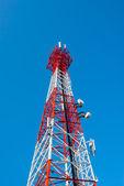 Torre de antena e o satélite de rádio de telecomunicação — Foto Stock
