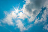 The sun shines on blue sky and clouds. — Stock Photo