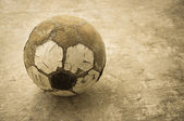 старый футбольный мяч — Стоковое фото