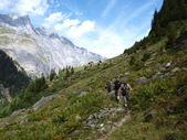 Hikers in alpine mountains — Stock Photo