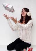 Krásná dívka s vánoční dárky v bílém svetru — Stock fotografie