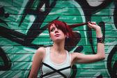 Schöne Mädchen und Graffity Wand — Stockfoto
