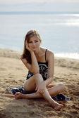 Entspannende gebräunte Mädchen am Strand — Stockfoto
