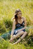 Mujer moda relajada en campo soleado — Foto de Stock
