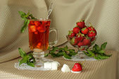 Strawberry, mint sprigs, sugar and hot drink — Foto de Stock
