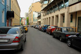 Cars standing along the roadside on the street in Moscow — Stock Photo