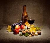ワイン、ガラス、ナットおよびフルーツの瓶 — ストック写真