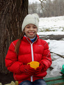 Pretty girl with a smile on her face holding a cup of tea on a winter outing — ストック写真
