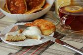 朝食にお茶を一杯サワー クリームとパンケーキ — ストック写真