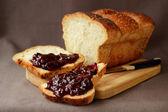 Szeletelt fehér kenyér bekent szilvalekvár — Stok fotoğraf