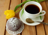 Chocolate cake, coffee cup and yellow tulip — Stock Photo