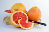 Juicy grapefruit on a cutting board — Foto Stock
