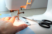 Mani femminili lavorando sulla macchina da cucire — Foto Stock
