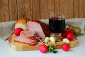 Ham, a glass of red wine, bread and radishes — Foto Stock
